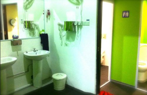 Five Stones Hostel Singapore Toilet